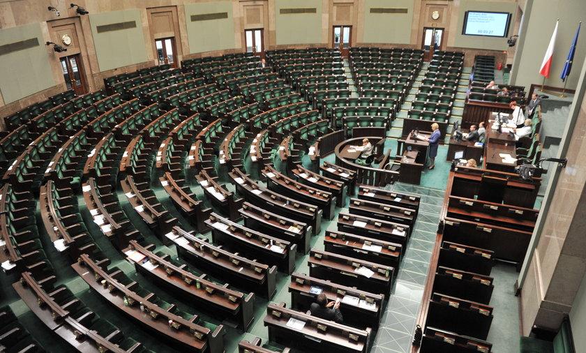 Posłowie wychodzą z Sejmu