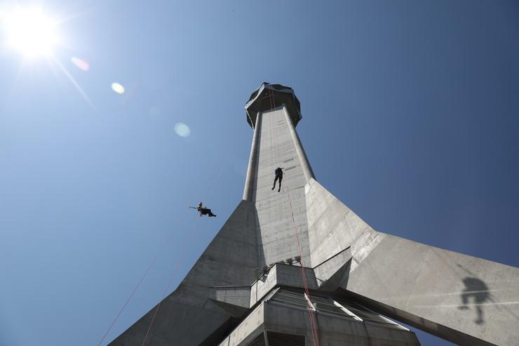 Spuštanje konopcima niz Avalski toranj