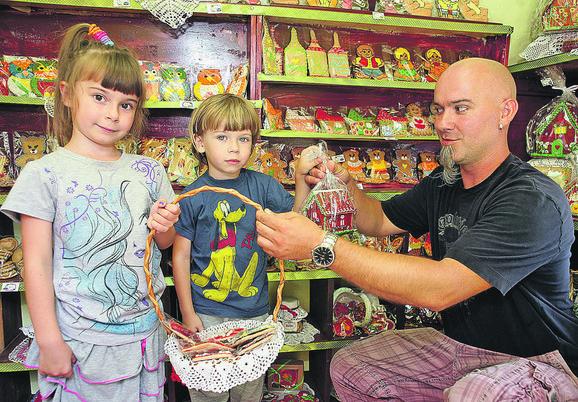 Petra i Tadija pomažu tati u prodavnici medenjaka