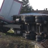 ŠLEPER IM ULETEO U DVORIŠTE Kamion sleteo sa puta, PREVRNUO SE, pa ostavio deo Obrenovca bez struje
