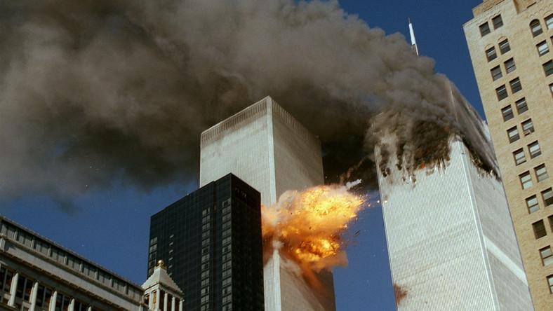 Godz. 8:46:26. Lot 11 uderza z szybkością 790 km/godz. w północną ścianę północnej wieży World Trade Center w Nowym Jorku, między piętrami 93. i 99. Godz. 9:03:02. Lot 175 uderza z szybkością 950 km/godz. w południową wieżę, trafiając ją między piętrami 78. i 84.