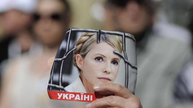 Ręka trzymająca zdjęcie Julii Tymoszenko