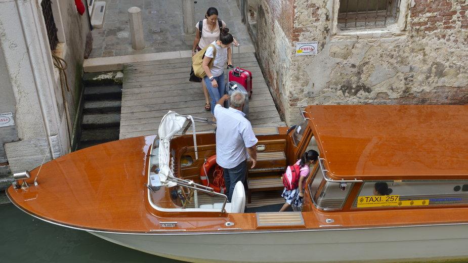 Koronawirus we Włoszech. Spadek przychodów taksówek wodnych w Wenecji