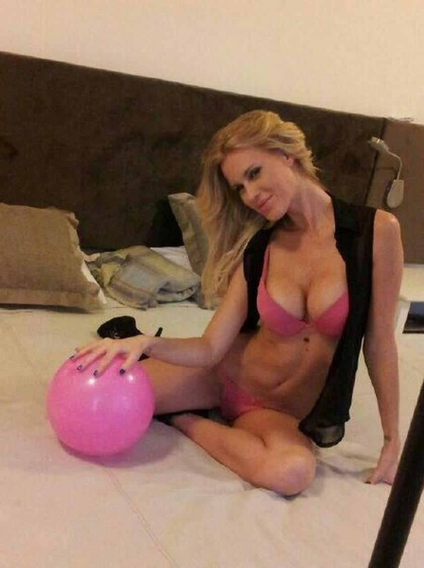 Natalie Weber na łóżku