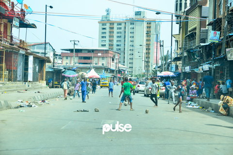 A game of monkey post going on in Lagos Island. Some of the boys are playing with their bare feet, others with slippers (Pulse Nigeria)