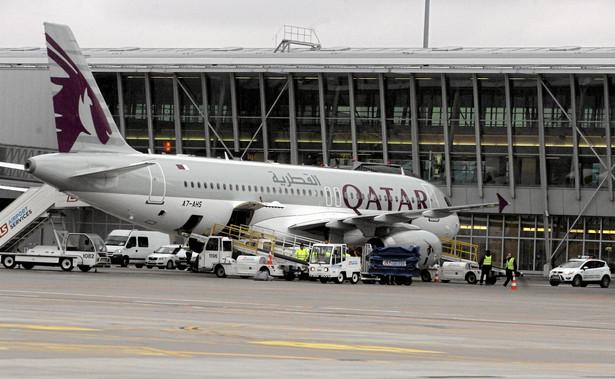 Samolot Qatar Airways na lotnisku w Warszawie