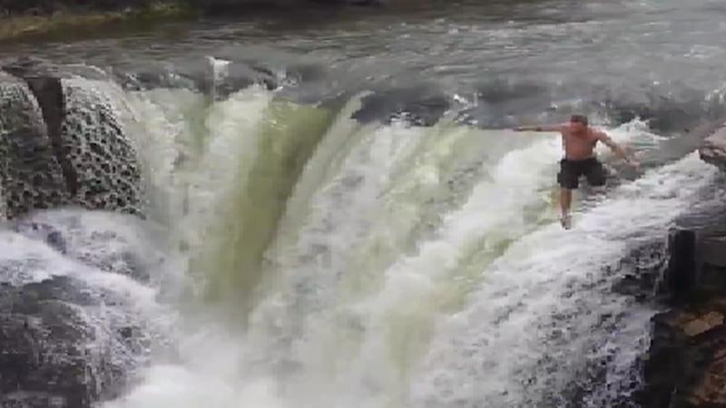 Szalony skok mężczyzny do wody