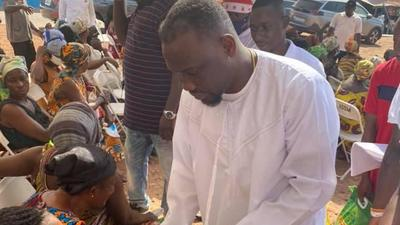 Salt FM boss donates food items to widows at Kumawu and Mampong on Boxing Day (PHOTOS)