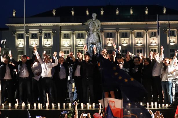 Posłowie opozycji podczas Protestu przeciwko zamachowi PiS na sądy