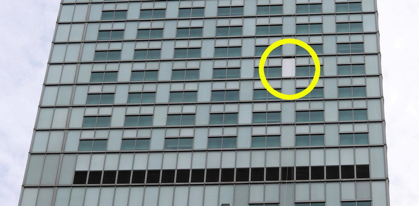 Szyba spadła z wieżowca na ulicę. Niebezpieczne sceny w Warszawie