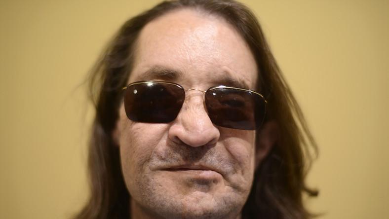 Mężczyzna przeszedł kilkanaście operacji i zabiegów chirurgii plastycznej. Odzyskał już węch i czucie w części nerwów twarzy. Marzy o odzyskaniu wzroku... Tak wyglądał na konferencji na początku grudnia 2013 roku