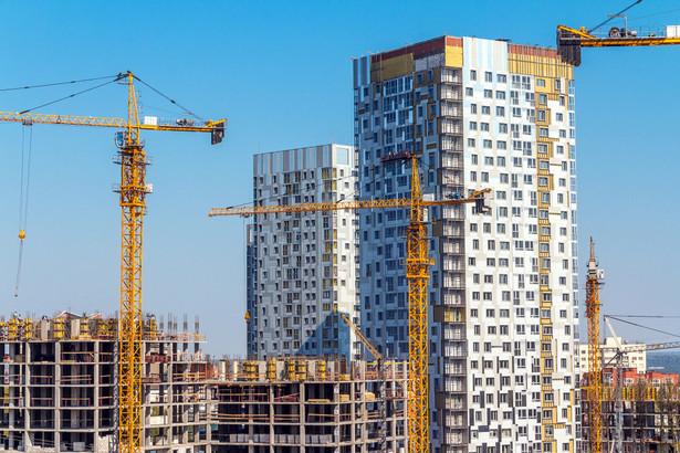 """Jednym z pomysłów na rozwiązanie wyżej zarysowanego problemu, jest wprowadzenie do umów zawieranych w branży budowlanej zapisów o tzw. """"zryczałtowanym odszkodowaniu"""" w przypadku odstąpienia od umowy przez wykonawcę"""