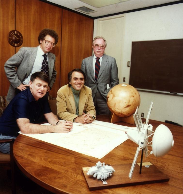 Carl Sagan (w kremowej marynarce), Bruce Murray, Louis Friedman, czyli założyciele Stowrzyszenia Planetarnego. Mężczyzna z tyłu, po lewej, to Harry Ashmore, dziennikarz, laureat nagrody Pullitzera.