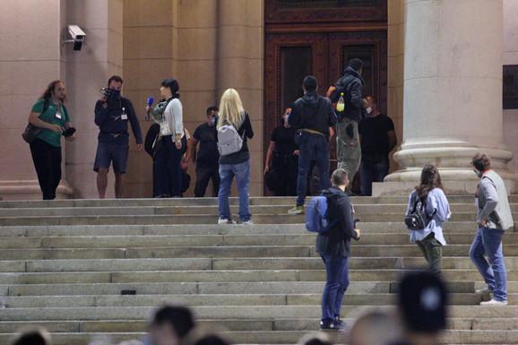 Novinari ispred ulaza u Skupštinu Srbije