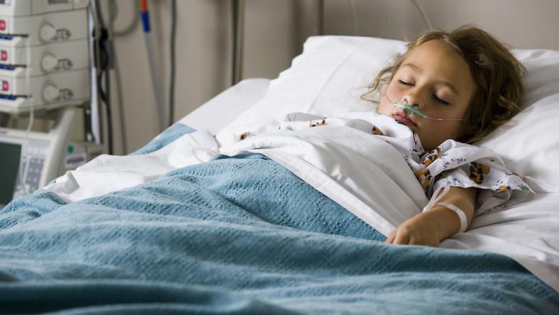 Dziecko w szpitalnym łóżku