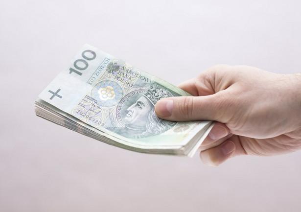 Najmniej pieniędzy zostaje w portfelu osób z wykształceniem podstawowym – 596 zł oraz u emerytów i rencistów – 775 zł.
