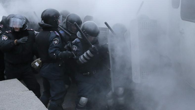 Sygnały o wyjeździe wojsk wewnętrznych i oddziałów specjalnych Berkut do Kijowa nadchodzą z zachodniej części Ukrainy: Lwowa, Iwano - Frankowska, Tarnopola i Równego, z położonej na południu kraju Odessy, a także z Doniecka na wschodzie. W niektórych miastach działacze próbują zablokować ruch autobusów i ciężarówek z funkcjonariuszami