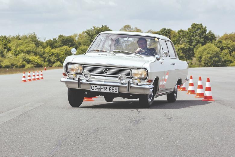Opel jest reprezentacyjnym  i niezawodnym autem.  Żeby było widać,  że pod maską pracuje nowy silnik, Rekord B otrzymał zmieniony przód. Reszta pozostała po staremu.