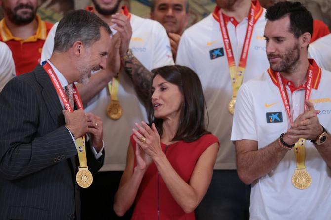 Kraljevski par i košarkapi, a i kralj se zakitio medaljom