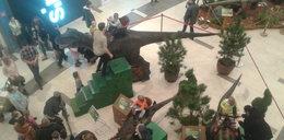 Dinozaury chodzą po galerii