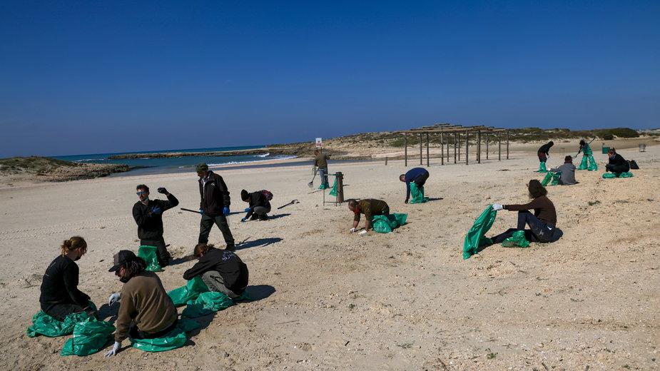 Wolontariusze sprzątający plażę HaBonim w Hajfie