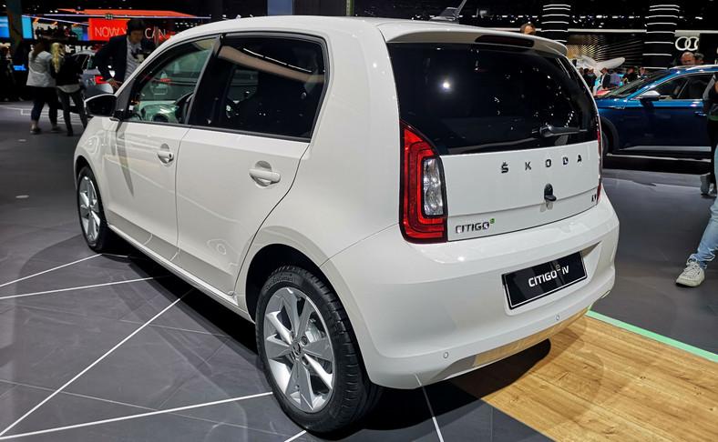 Skoda CITIGOe iV ma 3597 mm długości i 1645 mm szerokości. Auto oferuje czteroosobowe wnętrze z bagażnikiem o pojemności 250 l, który można zwiększyć do 923 l po złożeniu tylnych siedzeń