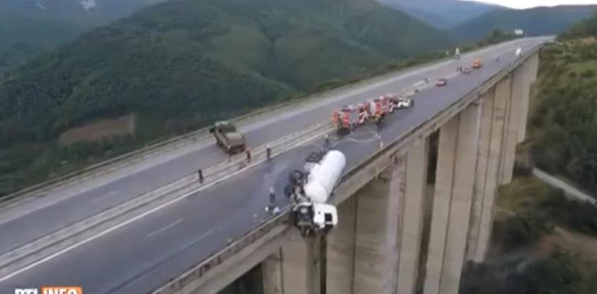 Przerażający wypadek na autostradzie. Cysterna zawisła nad przepaścią