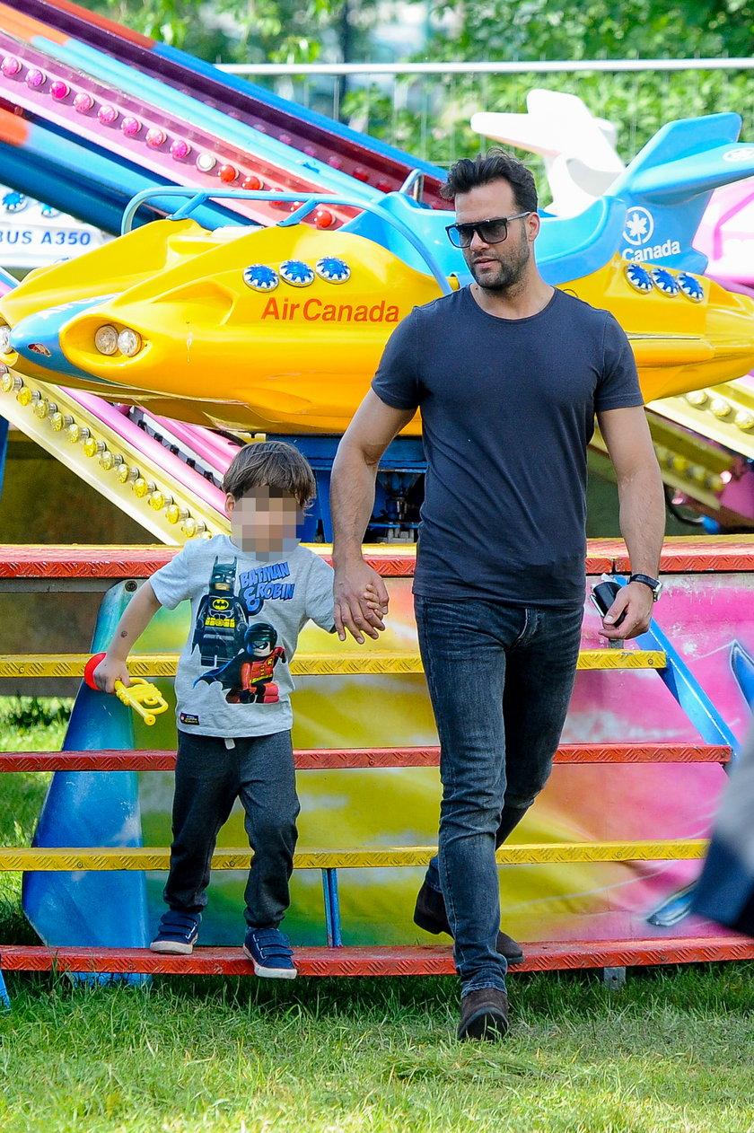 Conrado Moreno z synem w wesołym miasteczku