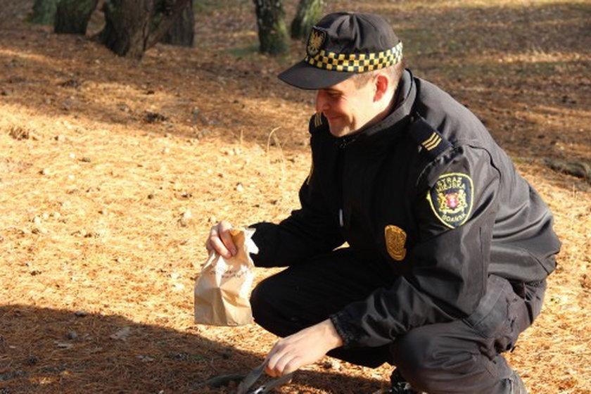 Strażnicy uczą jak sprzątać po psach
