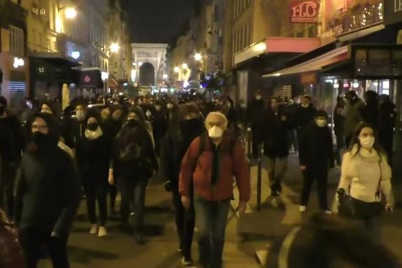 """""""SLOBODA, SLOBODA"""" U jeku policijskog časa PROTEST U PARIZU zbog novih mera protiv korone (VIDEO)"""