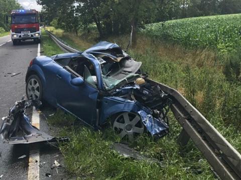 dfba3ad4ae442 Śmiercią 34-letniego mężczyzny zakończył się tragiczny wypadek pod Dąbrówką  (woj. wielkopolskie) . Z nieustalonych dotąd przyczyn kierowca osobowego  audi ...