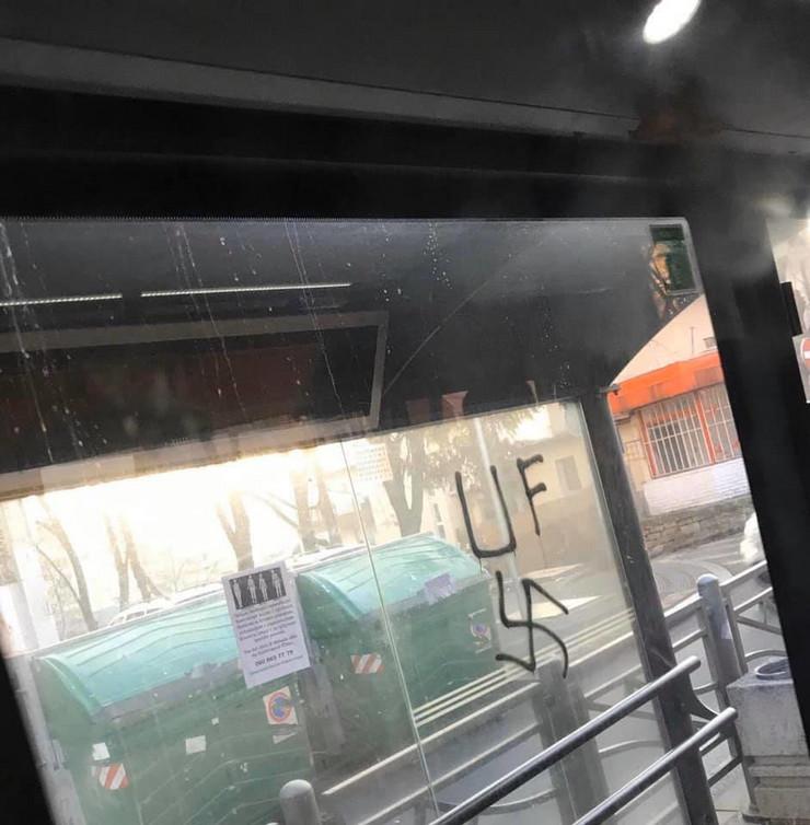 Nacistički simboli na autobuskom stajalištu