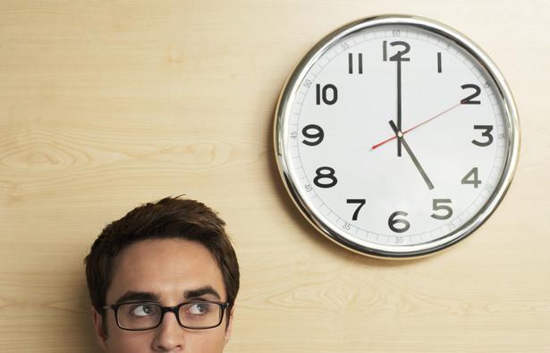 Pierwsza grupa wykonuje zadania od 8.00 do 16.00, druga świadczy pracę w godzinach 10.00-18.00. Dzięki temu pracodawca zapewnił ciągłość pracy zakładu przez 10 godzin na dobę. Jest to wymagane przez klientów oczekujących możliwości rozwiązywania spraw księgowo-podatkowych na bieżąco i konsultowania problemów z kompetentnym personelem.