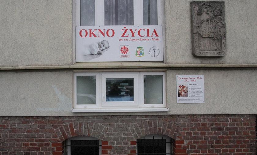 Matka zostawiła córeczkę w oknie życia. w Koszalinie. Następnego dnia po niemowlę zgłosił się ojciec