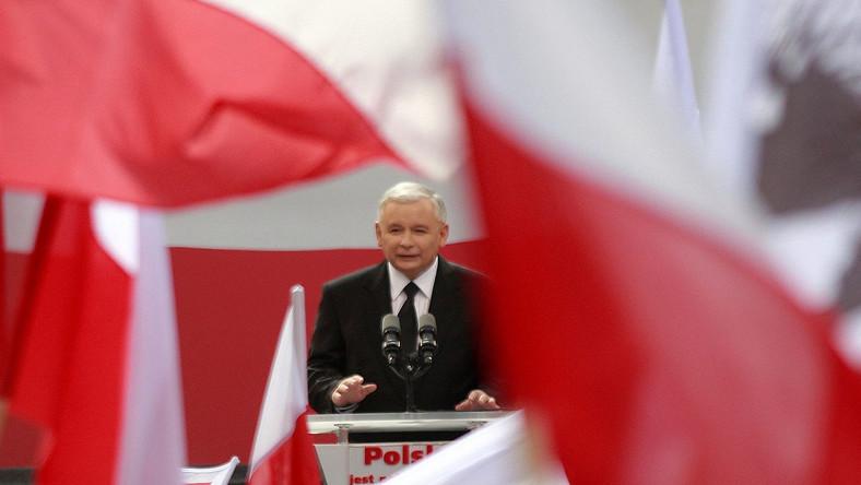 """- """"Ostatnio odłożył na chwilę marynarkę. Gdy założył ją z powrotem, w kieszeniach znalazł łuski od karabinu"""" - wskazuje jeden z przykładów zastraszania prezesa PiS, Adam Hofman, rzecznik partii. Przekonuje przy tym, że Jarosław Kaczyński jest politykiem, który """"chyba najczęściej w Polsce dostaje pogróżki"""""""