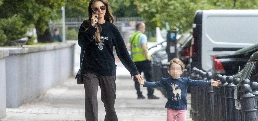 Anna Lewandowska na spacerze z córeczką. Pokazała Klarze stolicę