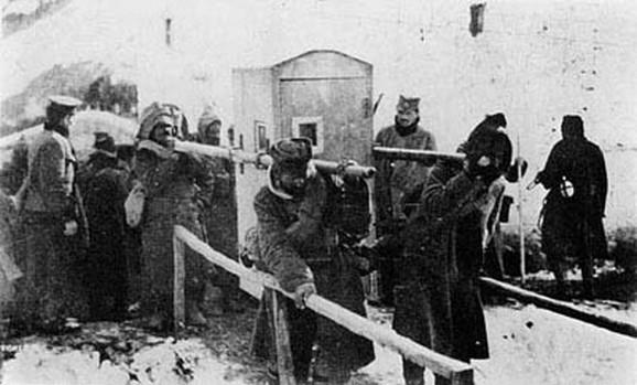 Vojnici nose bolesnog vojvodu Radomira Putnika tokom povlačenja kroz Albaniju