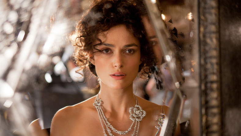W dzieciństwie Knightley zmagała się z dysleksją, przez co miała problemy w szkole. Sposobem na walkę z tą przypadłością było częste słuchanie książek nagranych na taśmie, przede wszystkim powieści historycznych takich pisarzy jak Karol Dickens czy Jane Austen. Keirę fascynowały losy bohaterów dawnych epok. Teraz, jako aktorka, może wcielać się w różne postacie z dzieł literatury. Ma do nich jednak zdrowy dystans