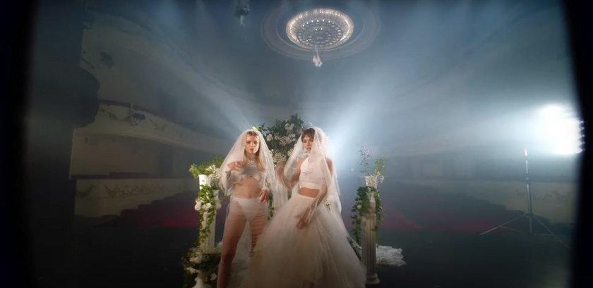 Gorący pocałunek Margaret i Natalii Szroeder. Co one robią w sukniach ślubnych?!