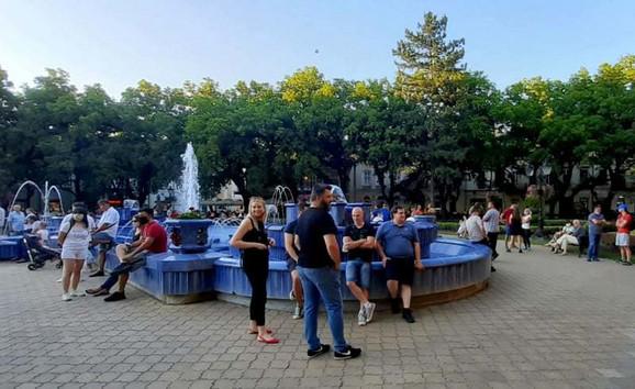 Subotičani okupljeni oko fontane