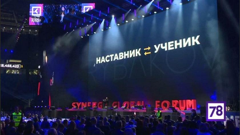 """Rosja: miliarder zrobił """"deszcz pieniędzy"""" podczas konferencji"""
