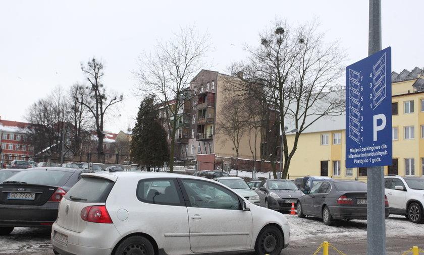 miejsca parkingowe przed urzędem