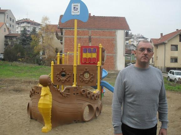 Dragan Dobrašinović ispred jednog igrališta