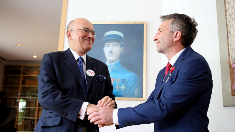 Himalaista Piotr Tomala (P) odbiera od ambasadora Francji w Polsce Pierre'a Levy (L) Narodowy Order Legii Honorowej