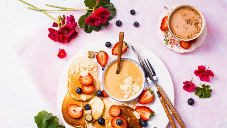 Pancakes bananowe z masłem orzechowym i owocami