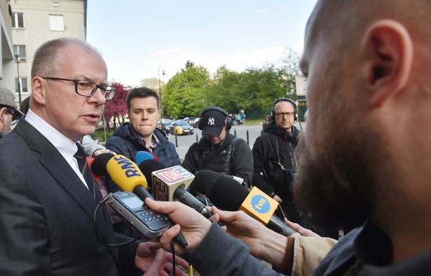 Wiceprezes Naczelnej Rady Adwokackiej Jacek Trela przed siedzibą NRA podczas konferencji prasowej po spotkaniu z przedstawicielami Komisji Weneckiej.