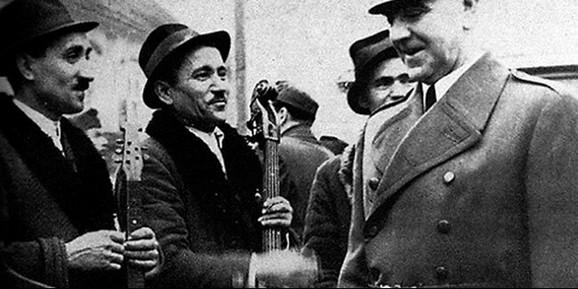Ante Pavelić i dvojica Roma, koji su istog dana pogubljeni po njegovom naređenju (1941. godina)