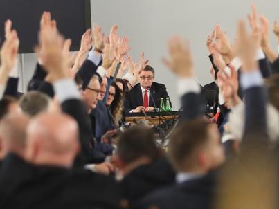 Grudzień 2016 roku. Posłowie PiS głosują nad budżetem w sali kolumnowej