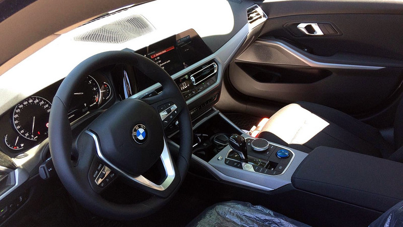 BMW serii 3 sedan najnowszej generacji jako oznakowany radiowóz polskiej policji drogowej
