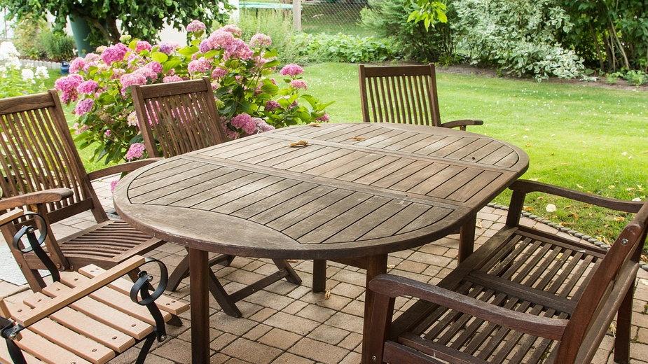 Jak odnowić meble ogrodowe po zimie?